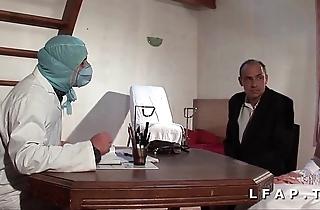 La vieille mariee se fait defoncee le cul chez le gyneco en trio avec le mari