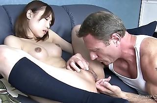 Giovane studentessa giapponese squirta mentre viene scopata per poi ricevere frigidity sborra sulla sua figa pelosa